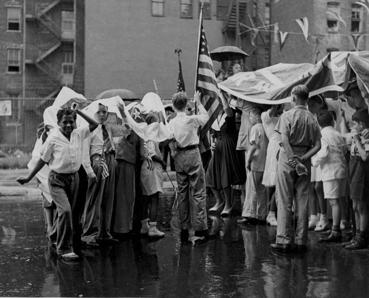 HA,KULT 07_Stein_Parade-Group-In-Rain Hannah Arendt und Fred Stein – eine besondere Verbindung Kunst Anzeige Kultur